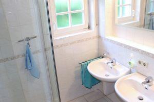 Separates Badezimmer mit Dusche